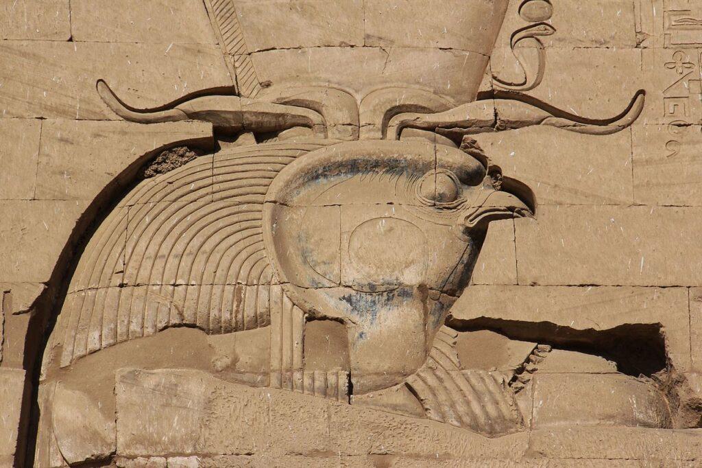 Египетский бог Хор в образе сокола. Рельеф из храма Хора в Эдфу