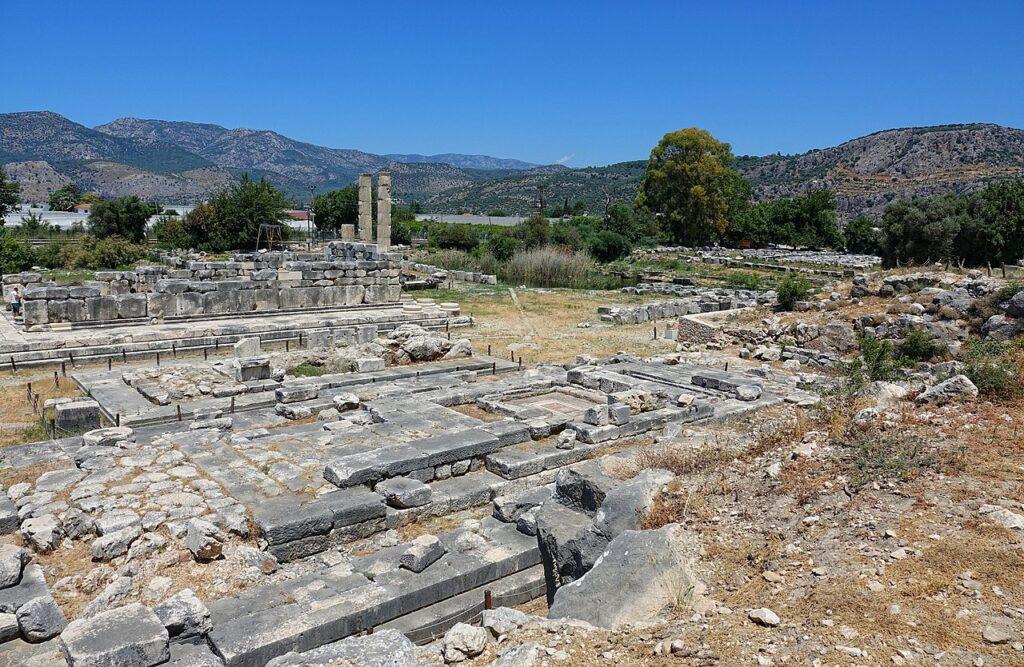 Раскопки храмов Лето, Артемиды и Аполлона в 4 км к югу от древнего города Ксанф в Ликии