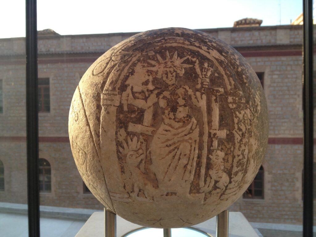 Магический шар Гелиоса-Аполлона. Музей Акрополя, II-III вв. н.э.